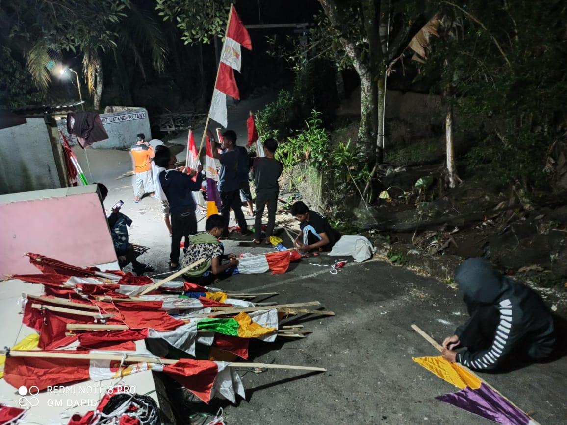 Sambut HUT RI ke-75, Warga Gotong Royong Pasang Umbul-umbul