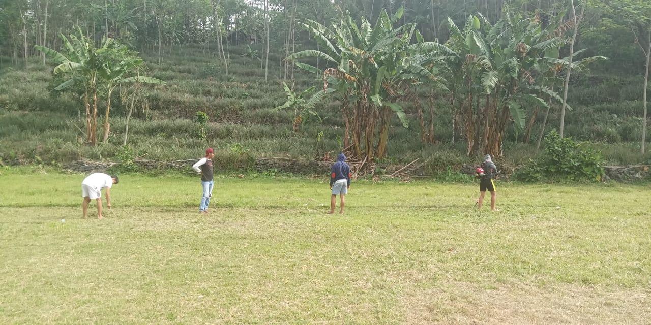 Rapih-rapih Lapangan Kubang untuk Persiapan Turnamen Sepakbola