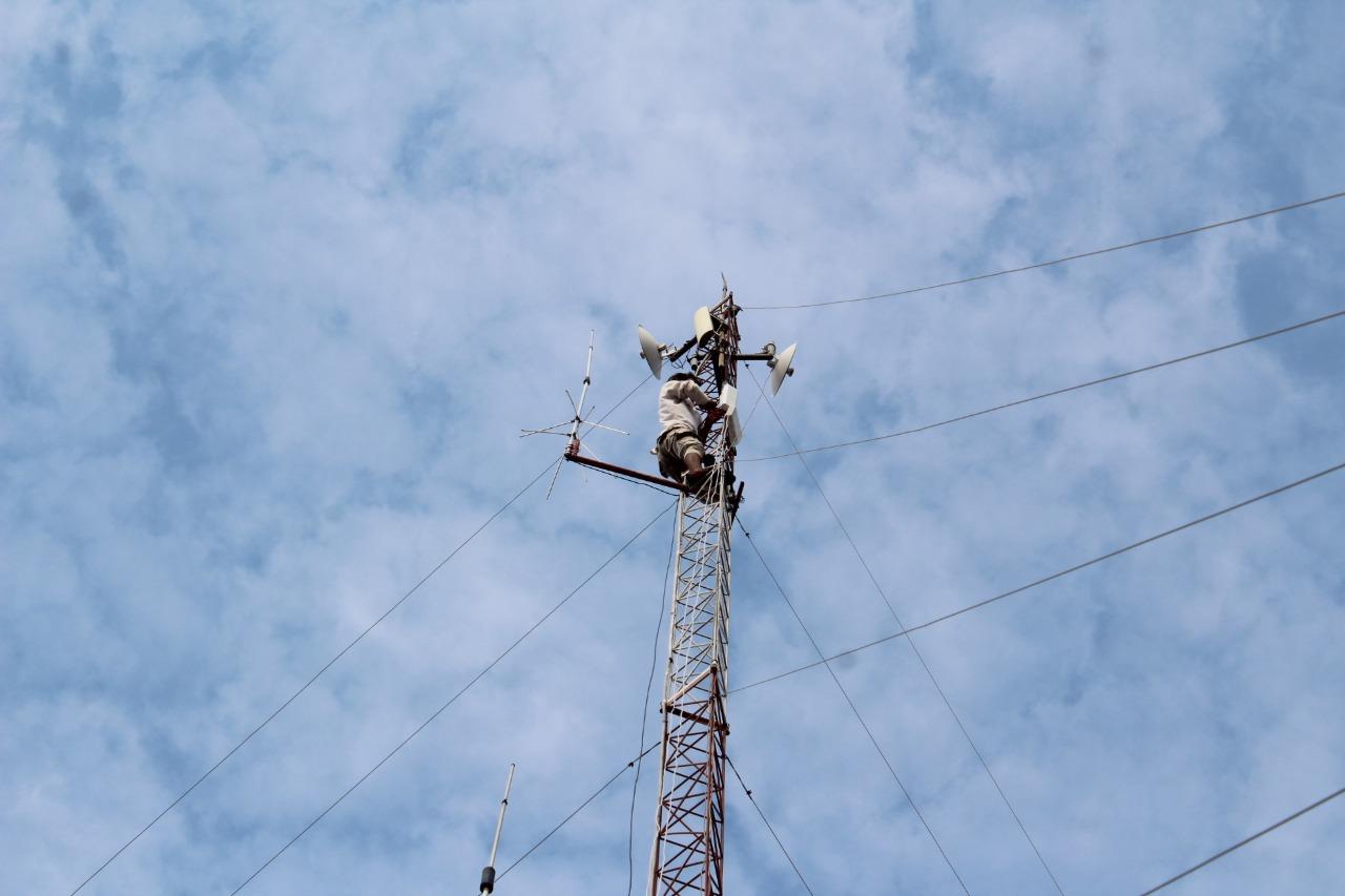 Pemasangan Alat Pemancar Jaringan Wireless untuk KBM Tanpa Kuota