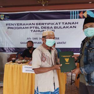 Penyerahan Sertifikat Tanah Program PTSL Desa Bulakan Tahap 1
